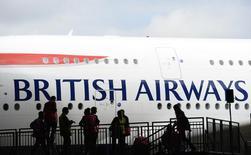 Самолет British Airways после приземления в Хитроу. Великобритания не определится с местом для новой взлётно-посадочной полосы одного из аэропортов Лондона как минимум до октября из-за политической нестабильности, последовавшей за решением британцев проголосовать за выход из Европейского союза, сказал министр транспорта Патрик Маклафлин в четверг.   REUTERS/Paul Hackett/File Photo