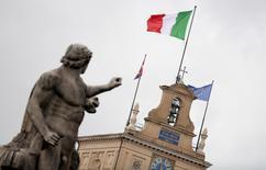 La Commission européenne (CE) a autorisé pour six mois un mécanisme permettant à l'Etat italien de garantir si nécessaire des liquidités aux banques italiennes solvables en cas de tensions dans le système financier du pays. L'Italie avait demandé l'autorisation d'activer le mécanisme, par mesure de précaution, bien que la CE ait dit qu'il était peu vraisemblable qu'il soit nécessaire de le mettre en oeuvre. /Photo d'archives/REUTERS/Alessandro Bianchi