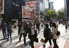 La confianza de los manufactureros en Japón se mantuvo sin cambios en junio respecto a hace tres meses, mientras que los precios al consumidor cayeron en mayo, en una desalentadora señal para una economía frágil que lidia con un yen fuerte y una baja de la demanda externa.  En la imagen, personas cruzan una calle situada en una zona comercial del distrito de Shinjuku enTokio, Japón, el 19 de abril de 2016.  REUTERS/Thomas Peter