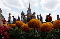 La Unión Europea amplió el viernes sus sanciones económicas contra Rusia hasta finales de enero del próximo año, una decisión ampliamente esperada después de que líderes del bloque pidieran más avances en la pacificación del este de Ucrania. En la imagen, varias personas caminan en la plaza roja de Moscú, el  30 de junio de 2016. REUTERS/Sergei Karpukhin