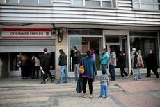 Le nombre de chômeurs recensés en Espagne a reculé de 3,2% en juin par rapport à mai, soit de 124.349 personnes, pour tomber à 3,77 millions, le total le plus bas depuis septembre 2009. Il s'agit du quatrième mois consécutif de baisse. /Photo prise le 27 avril 2016/REUTERS/Andrea Comas