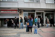 Gente entrando en una oficina de empleo en Madrid, España. 7 de abril de 2016. El desempleo registrado en España descendió en junio por cuarto mes consecutivo y se alejaba del nivel de los 4 millones de personas, mostraron el lunes datos del Ministerio de Empleo, que dijo que se trata del número más bajo de desempleados desde septiembre de 2009. REUTERS/Andrea Comas/File Photo