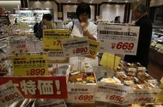 L'activité dans le secteur des services s'est contractée en juin au Japon, ce qui renforce le diagnostic d'un manque de dynamisme de l'économie japonaise en raison de la faiblesse de sa demande intérieure. L'indice PMI a chuté à 49,4 en juin après 50,4 le mois précédent. /Photo d'archives/REUTERS/Yuya Shino