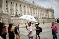 El gasto de los turistas que visitaron España en mayo aumentó un 7,8 por ciento interanual hasta los 6.941 millones de euros, mostró el martes una encuesta del Instituto Nacional de Estadística (INE). En la imagen, turistas junto al Palacio Real en Madrid, 9 de junio de 2016. REUTERS/Juan Medina