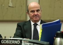 El Gobierno español elevará antes de que acabe julio sus previsiones para el crecimiento del Producto Interior Bruto de este año, actualmente en el 2,7 por ciento, según el ministro de Economía en funciones, que apuntó a un crecimiento incluso superior al 3,2 por ciento de 2015. En la imagen de archivo, el ministro Luis de Guindos en una comparecencia parlamentaria en Madrid. REUTERS/Andrea Comas