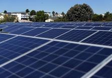 Por primera vez la energía solar se encamina a ser la fuente que más electricidad aporte a la red estadounidense este año, una hazaña alcanzada más por motivos económicos que por los incentivos verdes. En la imagen de archivo, paneles solares en National City, California. REUTERS/Mike Blake/File Photo