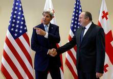 Госсекретарь США Джон Керри (слева) и президент Грузии Георгий Маргвелашвили на встрече в Тбилиси 6 июля 2016 года. США помогут укреплению грузинской армии, пообещал госсекретарь Джон Керри в ходе визита в Тбилиси в преддверии саммита НАТО, посвященного отражению российской угрозы. REUTERS/David Mdzinarishvili
