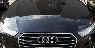 """La modification technique apportée par Volkswagen à l'un des modèles de sa marque Audi impliqués dans le scandale du """"Dieselgate"""" n'a pas réduit ses émissions polluantes lors d'un test, selon l'organisation européenne de défense des consommateurs BEUC. Cette modification est censée éviter au constructeur d'avoir à indemniser les propriétaires. Des véhicules concernés. /Photo d'archives/REUTERS/Yves Herman"""