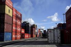 Contenedores en el puerto Muriel, en la provincia de Artemisa, Cuba. 5 de enero de 2016. El crecimiento económico de Cuba se desaceleró drásticamente al  1 por ciento interanual en el primer semestre de este año, afectado por la caída de las exportaciones y restricciones en el suministro de combustible, dijo el viernes el ministro de Economía, Marino Murillo. REUTERS/Enrique de la Osa