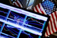 Foto de archivo del logo de la Bolsa de Nueva York (NYSE) en plena sesión en Wall Street. Jul 6, 2016. El índice S&P 500 terminó el viernes apenas por debajo de su cierre récord, por un repunte en Wall Street tras un reporte de empleo mejor al esperado que confirmó que la economía de Estados Unidos ha recuperado vigor tras el traspié del primer trimestre. REUTERS/Lucas Jackson