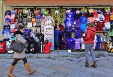 Пешеходы у сувенирного магазина во Флоренции. 1 марта 2016 года. Итальянская экономика вырастет менее чем на 1 процент в 2016 году и лишь незначительно больше в 2017 году, сообщил Международный валютный фонд во вторник, пересмотрев предыдущие прогнозы в сторону понижения в связи с решением Великобритании проголосовать за выход из Европейского союза. REUTERS/Tony Gentile