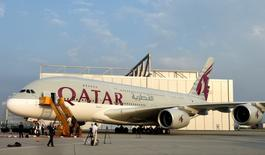 Un avión de la aerolínea Qatar Airways visto en la sede de Airbus en Hamburgo. 16 de septiembre de 2014. Qatar Airways acordó la adquisición de hasta un 10 por ciento de LATAM Airlines, la mayor aerolínea de América Latina, en un acuerdo que inyectaría 613 millones de dólares en la compañía aérea con sede en Chile, dijeron el martes ambas empresas. REUTERS/Fabian Bimmer