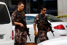 Полицейские патрулируют аэропорт в Стамбуле после взрыва. REUTERS/Murad Sezer