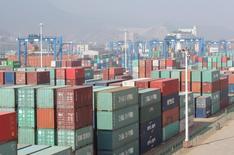Las exportaciones chinas cayeron más que lo esperado en junio después de que la demanda mundial se mantuviese débil y de que la decisión británica de abandonar la Unión Europea oscureciese las perspectivas en uno de los mayores mercados de Beijing. En la imagen de archivo se ven contenedores de mercancías en un puerto de Lianyungang, provincia de Jiangsu el 13 de abril de 2016. REUTERS/China Daily