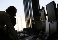 Banca March anunció el miércoles que ha comprado el 49,99 por ciento que no poseía de Banco Inversis al grupo portugués Orey, una compañía que gestiona fondos de inversión por más de 90.000 millones de euros. En la imagen, operadores de Inversis trabajando durante una subasta de bonos del Tesoro en Madrid, el 6 de diciembre de 2012. REUTERS/Paul Hanna