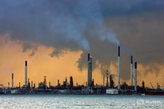 НПЗ у берегов Сингапура 14 марта 2008 года. Цены на нефть выросли в четверг, восстановив часть потерь предыдущей сессии, однако рост, скорее всего, будет ограничен усилением опасений о том, что глобальное перенасыщение рынка сохранится. REUTERS/Vivek Prakash/File Photo