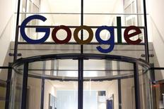 El logo de Google en la puerta de la sede de la empresa en Hamburgo, 11 de julio, 2016. El regulador Antimonopolio de la Unión Europea presentó cargos el jueves contra Google de Alphabet Inc por evitar que sus rivales compitan contra la compañía en el lucrativo mercado de publicidad en los motores de búsqueda, la tercera acusación que abre a la compañía. REUTERS/Morris Mac Matzen