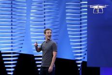 El presidente ejecutivo de Facebook, Mark Zuckerberg, mira a un drone volando en un escenario durante la conferencia Facebook F8 en San Francisco, California, 12 de abril de 2016. Los empleados de Facebook siguen siendo principalmente hombres caucásicos o asiáticos y la red social más grande del mundo no ha hecho grandes avances para contratar a talentos de orígenes más diversos en el último año, informó la compañía el jueves. REUTERS/Stephen Lam