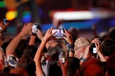 Un fanático usa un teléfono celular para grabar una actuación durante los premios CMT Music Awards del 2014 en Nashville, Tennessee, 4 de junio de 2014 file photo.  REUTERS/Harrison McClary