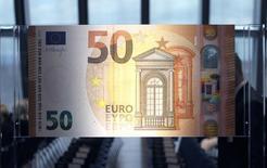 La zona euro volvió a la inflación en junio después de cuatro meses consecutivos de caídas o precios estables, según nuevos datos confirmados el viernes, aunque la modesta tasa anual de una décima no proporcionará un gran consuelo al Banco Central Europeo. Imagen del nuevo billete de 50 euros presentado en la sede del BCE en Francfort, Alemania, el 5 de julio de 2016.  REUTERS/Ralph Orlowski