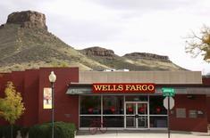 Wells Fargo & Co, première banque américaine par la capitalisation boursière, a publié vendredi un bénéfice net trimestriel en baisse de 3,5%, conséquence de l'augmentation de ses provisions sur créances. /Photo d'archives/REUTERS/Rick Wilking
