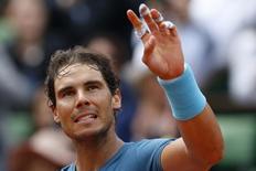 Rafael Nadal acena durante torneio de Roland Garros.  26/05/16.  REUTERS/Pascal Rossignol