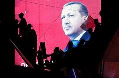 Изображение президента Турции Тайипа Эрдогана на экране во время уличной акции в поддержку турецкого лидера в Анкаре 17 июля 2016 года. Власти Турции в понедельник отстранили от работы тысячи полицейских, продолжая чистки в армии и судах после неудавшегося переворота. Европейские союзники просят страну-члена НАТО не забывать о нормах правового государства. REUTERS/Baz Ratner