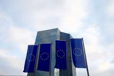 El Banco Central Europeo se reúne esta semana para combatir el rápido descenso de los rendimientos de los bonos, lo que ha añadido presión sobre el banco central a la hora de hacer frente a la escasez de bonos para su programa de estímulos de 1,7 billones de euros. En la imagen, banderas de la UE ondean frente a la sede del Banco Central Europeo en Fráncfort, el Alemania, el pasado 3 de diciembre de 2015. REUTERS/Ralph Orlowski