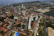 Vista aérea de la ciudad portuaria de Cartagena, Colombia, abr 10, 2012. La inversión extranjera neta en Colombia se cuadruplicó en junio a 676 millones de dólares, desde los 166 millones que recibió en igual mes del año pasado, por el ingreso de flujos hacia carteras de portafolio, revelaron el lunes cifras preliminares del Banco Central.  REUTERS/Jose Miguel Gomez