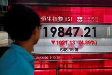 Экран, демонстрирующий динамику индекса  Hang Seng. Китайские акции снизились во вторник, так как инвесторы обеспокоены тем, что восстановление сектора недвижимости теряет движущую силу, увеличивая неопределенность относительно экономического прогноза.  REUTERS/Bobby Yip