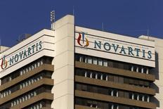 El logo de la farmacéutica suiza Novartis en su sede en Basilea. 27 de octubre de 2015. Novartis advirtió el martes que sus ganancias podrían caer este año, en momentos en que aumenta el gasto de marketing para su nuevo fármaco para la insuficiencia cardiaca Entresto luego de que el medicamento tuvo un desempeño inicial decepcionante. REUTERS/Arnd Wiegmann
