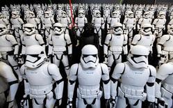 """Pessoas vestidas de personagens da franquia """"Star Wars"""" durante evento em Tóquio.   09/01/2016         REUTERS/Toru Hanai"""