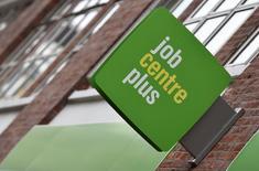 Un cartel de una oficina de empleo en el centro de Londres, Reino Unido. 15 de julio de 2015. La tasa de desempleo en Reino Unido cayó en mayo a su nivel más bajo desde el 2005 luego de que el mercado laboral se fortaleció en el período previo al referendo del mes pasado donde los británicos votaron a favor abandonar la Unión Europea, mostraron datos oficiales el miércoles. REUTERS/Toby Melville