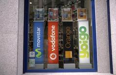 La operadora Yoigo anunció el martes un incremento interanual del 62 por ciento en su Ebitda a junio y una mejora en sus márgenes a la espera de que MasMóvil complete la financiación para cerrar su compra. Imagen de los logos de los operadores Movistar, Vodafone, Orange y Yoigo en esta imagen de archivo tomada el 31 de marzo de 2016. REUTERS/Andrea Comas