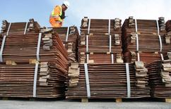 Un guardia de seguridad revisando un cargamento de cobre en Valparaíso, Chile, ago 10, 2009. El cobre y el aluminio bajaron el miércoles en medio del avance del dólar a máximos de cuatro meses, en momentos en que los inversores del metal rojo mostraron cautela ante las señales de crecientes suministros.  REUTERS/Eliseo Fernandez