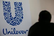 Unilever a fait état jeudi d'une croissance de son chiffre d'affaires supérieure aux attentes au deuxième trimestre grâce à des gains de parts de marché. Le groupe anglo-néerlandais, propriétaire des marques Knorr, Lipton et Dove parmi beaucoup d'autres, a dit que ses ventes à périmètre et taux de change constants avaient progressé de 4,7%. /Photo prise le 4 mlai 2016/REUTERS/Philippe Wojazer