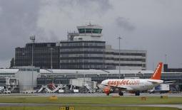 """En la imagen, un avión de la compañía easyJet aparece aparcado en el aeropuerto de Manchester. el pasado 28 de junio de 2016. Varias aerolíneas europeas activaron la alarma el jueves sobre el panorama para el sector de transporte aéreo, luego de que easyJet afirmara que no podía ofrecer estimaciones de ganancias para este año y Lufthansa advirtiera de menores utilidades, en medio de los temores por la seguridad y el impacto del """"Brexit"""". REUTERS/Andrew Yates"""