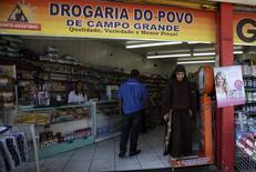 Una farmacia en Río de Janeiro, Brasil, abr 16, 2013. El índice de precios al consumidor de Brasil IPCA-15 se aceleró a un 0,54 por ciento en el mes hasta mediados de julio, más que el avance de 0,40 por ciento el mes anterior, dijo el jueves el estatal Instituto Brasileño de Geografía y Estadística (IBGE).  REUTERS/Ricardo Moraes