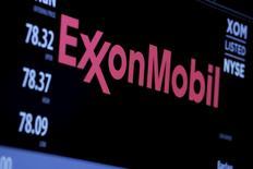 El logo de ExxonMobil en la bolsa de Wall Street en Nueva York, dic 30, 2015. ExxonMobil Corp dijo el jueves que comprará a InterOil Corp por más de 2.500 millones de dólares en acciones, una operación que le permitirá agregar un yacimiento de gas para expandir sus exportaciones desde Papúa Nueva Guinea.   REUTERS/Lucas Jackson/File Photo