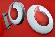 El logo de Vodafone en Londres, el 12 de noviembre de 2013. Vodafone reportó un aumento de un 2,2 por ciento en los ingresos por servicios orgánicos de su primer trimestre fiscal, mejor que lo previsto, lo que supone su octavo avance trimestral consecutivo gracias a un sólido desempeño en España y Alemania. REUTERS/Toby Melville/File Photo