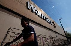 Una persona camina afuera de una tienda de Wal Mart, en Ciudad de México. 11 de junio de 2013. Ejecutivos y directores Wal-Mart Stores Inc convencieron a una corte de apelaciones el viernes para que rechazara una demanda de accionistas, quienes acusaban que permitieron y luego encubrieron sobornos a funcionarios de su unidad minorista en México. REUTERS/Edgard Garrido/File Photo