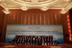 Las mayores economías del mundo trabajarán para apoyar el crecimiento global y compartir mejor los beneficios del comercio, dijeron el domingo altos responsables tras una reunión dominada por el impacto de la salida de Reino Unido de la UE y los temores al auge del proteccionismo. En la imagen, los ministros de Finanzas y gobernadores de bancos centrales del G20 posan para la foto de grupo tras las conferencias celebradas en Chengdu, en la provincia china de Sichuan, el 24 de julio de 2016. REUTERS/Ng Han Guan