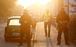 Специальный отряд полиции охраняет улицы после взрыва в Ансбахе. Двадцатисемилетний сириец, которому власти Германии год назад отказали в предоставлении убежища, взорвал бомбу в немецком городе Ансбах, где проходил массовый музыкальный фестиваль, и погиб сам, сообщили власти Баварии.  REUTERS/Michaela Rehle