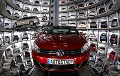 La confianza empresarial en Alemania cayó en julio según un sondeo difundido el lunes que sugiere que los ejecutivos de la mayor economía de Europa se muestran menos optimistas desde que Reino Unido votó a favor de abandonar la Unión Europea. En la imagen de archivo, modelos de Volkswagen en la torre de coches en el parque temático 'Autostadt' próximo a la planta del grupo en Wolfsburgo en marzo de 2011. REUTERS/Christian Charisius/