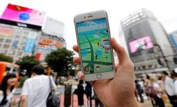 Un hombre jugando Pokemon Go en Tokio el 22 de julio. Las acciones de Nintendo cayeron el lunes hasta un 18 por ciento después de que la compañía reconoció que el popular juego para móviles Pokemon GO solo tendría un impacto limitado en sus resultados. REUTERS/Toru Hanai/