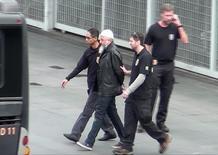 Polícia Federal leva um dos supostos militantes islâmicos presos na operação Hashtag, em imagem retirada de um vídeo. 21/07/2016 REUTERS/Mario Angelo-Sigmapress