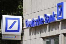 Deutsche Bank a annoncé mercredi un bénéfice net en forte baisse à 20 millions d'euros au titre du deuxième trimestre, contre 796 millions un an plus tôt, en raison de l'environnement de taux bas et de la volatilité des marchés qui ont fait chuter son produit net bancaire de 20%. /Photo prise le 18 juillet 2016/REUTERS/Wolfgang Rattay