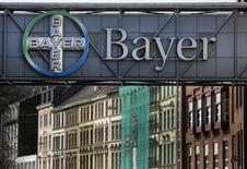 Bayer, le groupe pharmaceutique allemand qui tente de mettre la main sur le géant américain des semences Monsanto, a publié mercredi des résultats trimestriels nettement supérieurs aux attentes et relevé dans la foulée ses prévisions pour l'ensemble de l'année. /Photo d'archives/REUTERS/Ina Fassbender