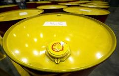 Royal Dutch Shell comunicó el jueves una caída superior al 70 por ciento en su beneficio del segundo trimestre, muy por debajo de las estimaciones de los analistas después de que la debilidad de los precios del petróleo y el gas redujesen sus ingresos. En la imagen de archivo, barriles de petróleo en una planta de lubricantes de Royal Dutch Shell en la ciudad rusa de Torzhok, el 7 de noviembre de 2014. REUTERS/Sergei Karpukhin