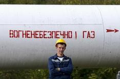 Рабочий стоит рядом с трубопроводом газокомпрессорной станции у деревни Воловец, Украина. Украина, через которую проходит основной маршрут поставок российского газа в Европу, рассчитывает увеличить транзит примерно на 7 процентов вплоть до 72 миллиардов кубических метров в 2016 году, сообщила транспортная монополия Укртрансгаз в четверг.  REUTERS/Gleb Garanich